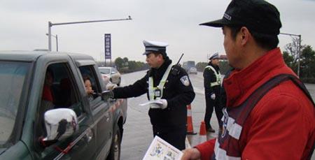 在常张高速公路连接线入口春运检查站民警为过往驾驶