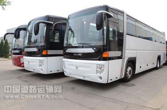 在今年7月初福田欧辉客车与阿联酋ORIENT MOTORS公司签定三年经销合作。该订单共分为两批,首批交付25台,第二批交付17台,主要包括BJ6103、BJ6125、BJ6830等三种车型型号,预计此批订单将在9月底全部完成交付。 据悉,BJ6125豪华客车是福田欧辉客车2012年主打的城间旅游客车,该车采用欧辉自主研发的智能控制电子风扇冷却系统,保证发动机工作最佳效果。与普通的客车相比,行李舱空间加大,有效满足长途客运对较大载物量的需求。该车采用全承载结构车身,独特的鸟笼型设计,提高了被动安全性能。该