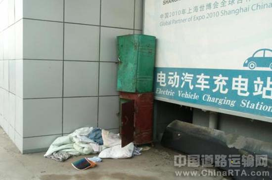 但见新人笑,那闻旧人哭。很多事物的命运都是这样,南京城首座充电站也不幸如此。 2012年8月22日,有关南京第三座充电站江宁充换电站正式投用的新闻铺天盖地,但对于两年前投用的南京首座充电站的状况却鲜有人关心。 南京首座充电站现在使用情况如何?方得网记者在南京新站喜庆揭幕之际前往首座充电站,却发现了这座充电站犹如被打入冷宫。 首座电站蛛网尘封 8月30日,方得网记者寻访到南京首座电动汽车充电站迈皋桥充电站。记者当时就被眼前的景象震惊了这里蛛网尘封,萧然一片。 要知道,这座充电是在2010年