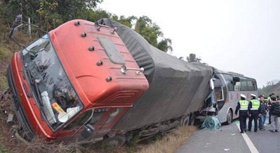四川省内高速路客车追尾大货车 19人受伤 图文
