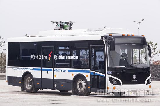 亚星新能源客车开发部门负责人介绍,亚星超级电容客车噪音小、起步平稳、乘坐舒适。因为采用电机直驱技术,避免了传统车辆因发动机、变速器、排气系统等产生的噪声,并且保证起步平稳。据悉亚星选用世界先进的电驱动总成技术,效率高,发热量小,配备亚星专利ATS智能温控系统,实现节能降噪;高等级车辆配备可变空气悬架,高等级座椅等,让乘坐体验更舒适。   此外亚星新能源客车开发部门负责人给笔者算了一笔账:亚星纯电动城市客车每公里大约消耗一度电,以工业用电平均电价0.