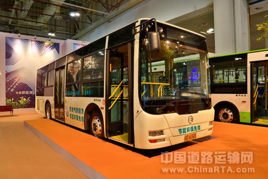 混合动力公交车和那辆安装太阳能电池板的采血车,而记者对厦高清图片