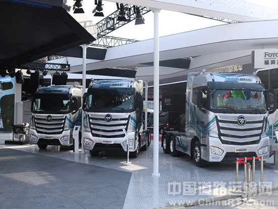 2016年4月25日,以创新•变革为主题的第十四届北京国际汽车工业展览会拉开帷幕。福田戴姆勒汽车发布了由德美中联合打造的第一代互联网超级卡车-欧曼EST;同时,由北京福田戴姆勒汽车梅赛德斯-奔驰发动机工厂生产的经典动力OM457发动机一同发布;三款整车及一台发动机的发布,让福田戴姆勒汽车在北京车展上赚足了眼球,成为唯一一家既发布新款整车产品又发布自有动力新品的重卡企业。    据悉,本次发布的第一代互联网超级卡车欧曼EST将有望于2017年初正式上市;这也继2012年欧曼GTL发布,