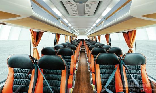 海格客车做了一个比较人性化的变动,将轿车的设计融入了客车,灯组的